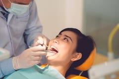 Εξέταση δοντιών Στοκ εικόνες με δικαίωμα ελεύθερης χρήσης