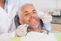 Εξέταση οδοντιάτρων δόντια ασθενών στην καρέκλα οδοντιάτρων στοκ φωτογραφίες με δικαίωμα ελεύθερης χρήσης