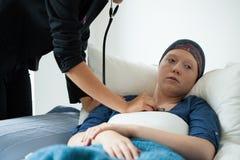 Εξέταση της γυναίκας με τον καρκίνο Στοκ Φωτογραφίες