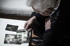 Εξέταση τις φωτογραφίες Στοκ Εικόνα