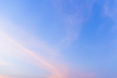 Εξέταση τον ουρανό με τον αέρα που φυσά κατευθείαν Στοκ Εικόνες
