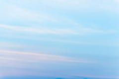 Εξέταση τον ουρανό με τον αέρα που φυσά κατευθείαν Στοκ φωτογραφία με δικαίωμα ελεύθερης χρήσης