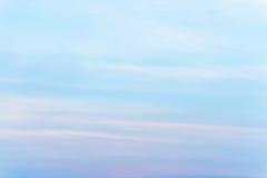 Εξέταση τον ουρανό με τον αέρα που φυσά κατευθείαν Στοκ εικόνες με δικαίωμα ελεύθερης χρήσης