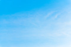 Εξέταση τον ουρανό με τον αέρα που φυσά κατευθείαν Στοκ Εικόνα