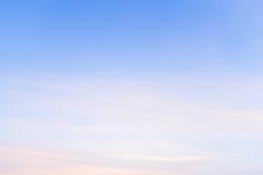 Εξέταση τον ουρανό με τον αέρα που φυσά κατευθείαν Στοκ φωτογραφίες με δικαίωμα ελεύθερης χρήσης