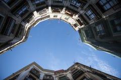 Εξέταση τον ουρανό στη μέση ενός κτηρίου στοκ φωτογραφίες με δικαίωμα ελεύθερης χρήσης
