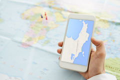 Εξέταση του χάρτη πόλεων Στοκ εικόνα με δικαίωμα ελεύθερης χρήσης