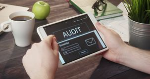 Εξέταση το λογιστικό έλεγχο app που χρησιμοποιεί το φορητό υπολογιστή στο γραφείο φιλμ μικρού μήκους