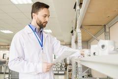 Εξέταση των μετατροπέων πίεσης στην αποθήκη εμπορευμάτων εργοστασίων Στοκ Εικόνες