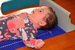 Εξέταση ύψους σωμάτων μωρών νηπίων Στοκ εικόνες με δικαίωμα ελεύθερης χρήσης