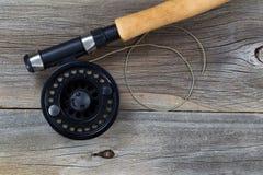 Εξέλικτρο και γραμμή αλιείας μυγών στο αγροτικό ξύλο Στοκ Φωτογραφίες