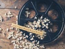 Εξέλικτρο ταινιών με popcorn και τα εισιτήρια Στοκ φωτογραφίες με δικαίωμα ελεύθερης χρήσης