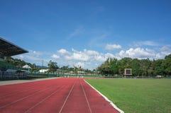 Εξέδρα επισήμων, διαδρομή φυλών, αγωνιστικός χώρος ποδοσφαίρου και μπλε ουρανός Στοκ φωτογραφία με δικαίωμα ελεύθερης χρήσης
