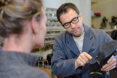Εξήγηση της επισκευής παπουτσιών διαδικασίας Στοκ φωτογραφία με δικαίωμα ελεύθερης χρήσης