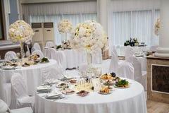 Εξαίσια διακοσμημένη ρύθμιση γαμήλιων πινάκων στοκ φωτογραφία