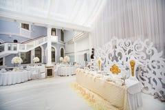 Εξαίσια διακοσμημένη ρύθμιση γαμήλιων πινάκων στοκ εικόνες με δικαίωμα ελεύθερης χρήσης