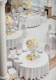 Εξαίσια διακοσμημένη ρύθμιση γαμήλιων πινάκων στοκ εικόνες