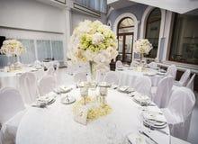 Εξαίσια διακοσμημένη ρύθμιση γαμήλιων πινάκων στοκ φωτογραφία με δικαίωμα ελεύθερης χρήσης