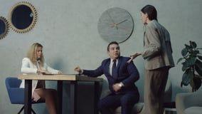Εξαγριωμένη γυναίκα κύριοι επιπλήττοντας φλερτάροντας υπάλληλοι φιλμ μικρού μήκους