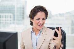 Εξαγριωμένη επιχειρηματίας που φωνάζει στο smartphone Στοκ Εικόνες