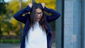 εξαγριωμένη θηλυκή επιχειρηματίας που κραυγάζει στο θυμόη Διαχείριση πίεσης, διανοητικά προβλήματα κινδύνου, χάνοντας ιδιοσυγκρασ απόθεμα βίντεο