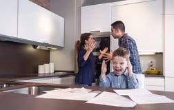 Εξαγριωμένη κραυγή και γονείς παιδιών σε μια φιλονικία Στοκ Εικόνα