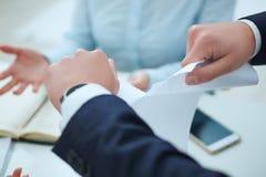 Εξαγριωμένη νέα σύμβαση απασχόλησης επιχειρηματιών λυσσασμένη επάνω Στοκ φωτογραφίες με δικαίωμα ελεύθερης χρήσης