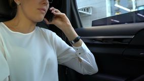 Εξαγριωμένη ξανθή επιχειρησιακή γυναίκα που ρίχνει το κινητό τηλέφωνο από το παράθυρο αυτοκινήτων μετά από την κλήση φιλμ μικρού μήκους
