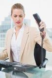 Εξαγριωμένη όμορφη επιχειρηματίας που κλείνει το τηλέφωνο το τηλέφωνο Στοκ Εικόνες
