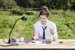 Εξαγριωμένος γραμματέας που φωνάζει στο τηλέφωνο Στοκ φωτογραφία με δικαίωμα ελεύθερης χρήσης