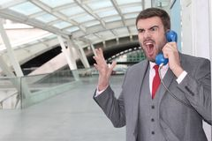 Εξαγριωμένος επιχειρηματίας που κραυγάζει στο δημόσιο τηλέφωνο Στοκ φωτογραφία με δικαίωμα ελεύθερης χρήσης