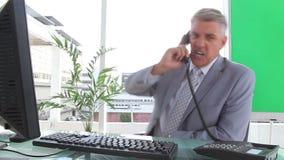 Εξαγριωμένος επιχειρηματίας που τελειώνει μια κλήση απόθεμα βίντεο