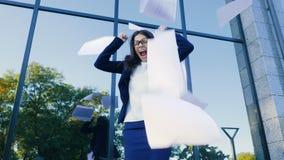 0 εξαγριωμένος εργαζόμενος γραφείων θηλυκών που ρίχνει το τσαλακωμένο έγγραφο, που έχει τη νευρική διακοπή στην εργασία, που κραυ φιλμ μικρού μήκους