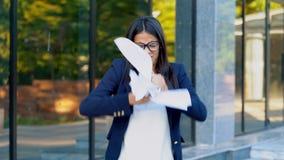 0 εξαγριωμένος εργαζόμενος γραφείων θηλυκών που ρίχνει το τσαλακωμένο έγγραφο, που έχει τη νευρική διακοπή στην εργασία, που κραυ απόθεμα βίντεο