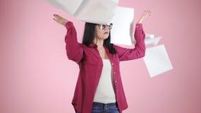 0 εξαγριωμένος εργαζόμενος γραφείων θηλυκών σύγχρονος που ρίχνει το τσαλακωμένο έγγραφο, που έχει τη νευρική διακοπή στην εργασία απόθεμα βίντεο