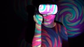 Εξαγριωμένος νεαρός άνδρας στην κάσκα εικονικής πραγματικότητας που τινάζει την πυγμή της, που παίρνει πιό angrier φιλμ μικρού μήκους