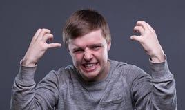 Εξαγριωμένος ξανθός νεαρός άνδρας Στοκ Εικόνες