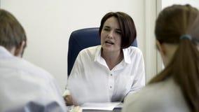 Εξαγριωμένος προϊστάμενος που επιπλήττει τους νέους ματαιωμένους οικότροφους Ατελέσφοροι τονισμένοι εργαζόμενοι γραφείων που λαμβ απόθεμα βίντεο