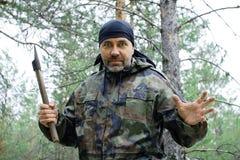 Εξαγριωμένο άτομο με ένα τσεκούρι στο δάσος Στοκ Εικόνες