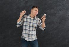 Εξαγριωμένο άτομο που φωνάζει στο κινητό τηλέφωνό του Στοκ Εικόνες