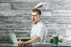 Εξαγριωμένο αρσενικό στον εργασιακό χώρο στοκ φωτογραφίες με δικαίωμα ελεύθερης χρήσης
