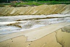Εξαγωγή της άμμου, κοίλωμα άμμου με το νερό Στοκ φωτογραφία με δικαίωμα ελεύθερης χρήσης