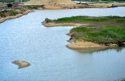 Εξαγωγή της άμμου, κοίλωμα άμμου με το νερό Στοκ Φωτογραφίες