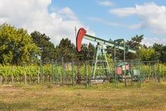 Εξαγωγή του πετρελαίου καλής ποιότητας Πετρελαιοπηγή pumpjack στον αμπελώνα στη Δημοκρατία της Τσεχίας Νότια περιοχή της Μοραβία Στοκ Εικόνες
