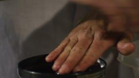 Εξαγωγή του χυμού από τα σταφύλια με το χειρωνακτικό πιεστήριο σταφυλιών απόθεμα βίντεο