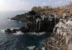 Εξαγωνικές στήλες βασαλτών απότομων βράχων Jusangjeolli στο νησί Κορέα Jeju στοκ εικόνα