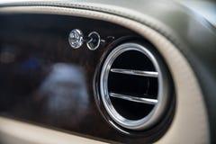 Εξαεριστήρες στο αυτοκίνητο πολυτέλειας Εξαερισμός αέρα και βελτίωση στο αυτοκίνητο στοκ εικόνες