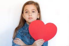 Εξαετής μεγάλη κόκκινη καρδιά λαβής κοριτσιών Στοκ φωτογραφίες με δικαίωμα ελεύθερης χρήσης