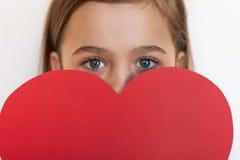 Εξαετής μεγάλη κόκκινη καρδιά λαβής κοριτσιών Στοκ Εικόνα