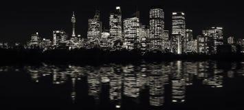 Εξαιρετικά-ευρύ πανόραμα του ορίζοντα προκυμαιών του Σίδνεϊ σε γραπτό Στοκ Φωτογραφία